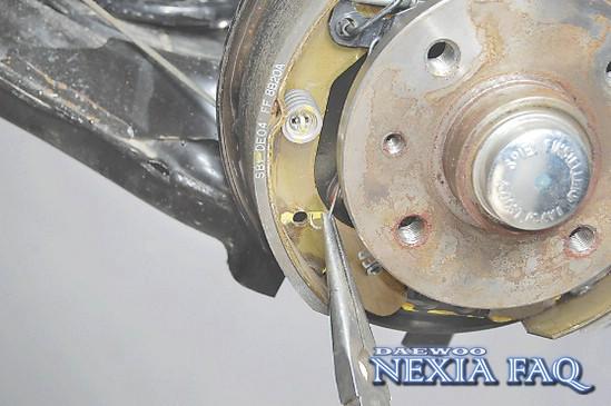 пошаговая инструкция по замене тормозных колодок - фото 4