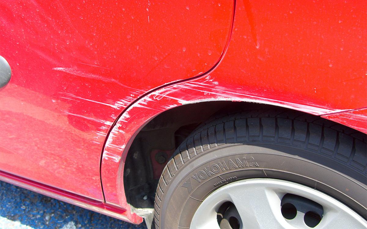 Что делать в случае обнаружения машины во дворе дома с повреждениями